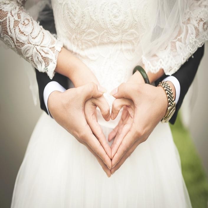 Hochzeitsausstatter. Braut und Bräutigam halten sich an den Händen