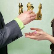 Nachfolge. Mann schenkt der Frau die Krone