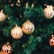 Weihnachtsbaum mit Christbaumkugeln
