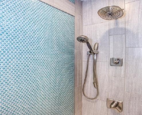 Sanitär. Duschkopf innen Bad in blau